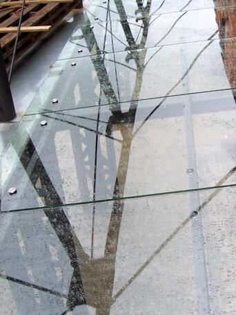 Szkło hartowane do kominka w salonie