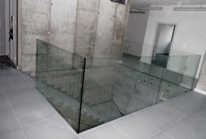 Szklane części to zdecydowanie <br /> najważniejsze i najefektowniejsze<br /> części naszych balustrad.